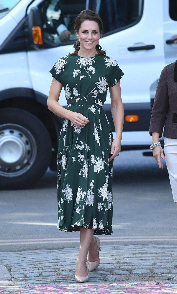 40AB5BF300000578-4529508-The_Duchess_of_Cambridge_arrived_at_the_Chelsea_Flower_Show_in_g-m-22_1495478152534